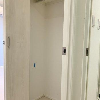 ハンガーパイプが付いてるので、丈の長いコート類も掛けられます※写真は2階の反転間取り別部屋のものです