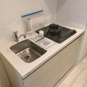 キッチンは2口。コンパクトめな作り。左に冷蔵庫が置けます。※写真は6階の反転間取り別部屋のものです