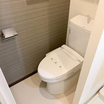 左奥にトイレがあります。※写真は6階の反転間取り別部屋のものです