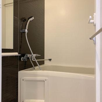 お風呂には浴室乾燥や暖房付き。※写真は6階の反転間取り別部屋のものです