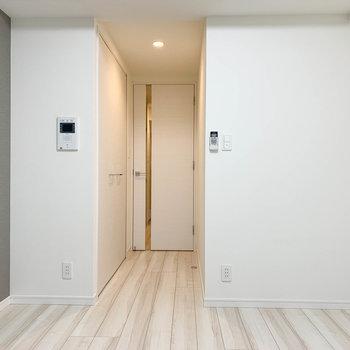 窓側から。ドアの近くにクローゼットがあります。※写真は6階の反転間取り別部屋のものです