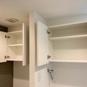 洗濯機置き場上と、トイレの上に収納があります。※写真は6階の反転間取り別部屋のものです