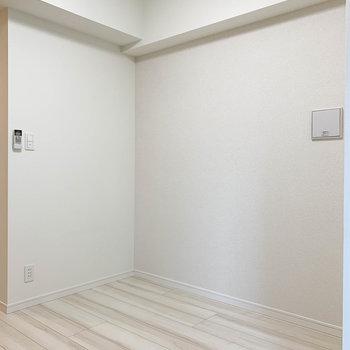 その向かいにテーブルを。といったサイズ感。※写真は6階の反転間取り別部屋のものです