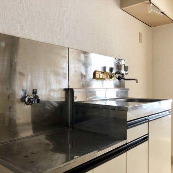 冷蔵庫置き場はキッチンの横に。吊り戸棚もありますよ。※写真は2階の同間取り別部屋のものです