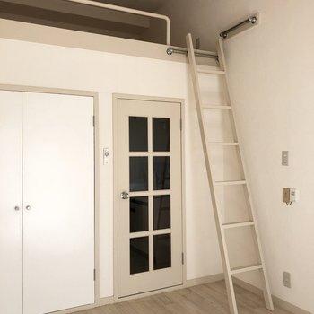 はしごの上り下りは手すりがありますが慎重に。※写真は2階の同間取り別部屋のものです