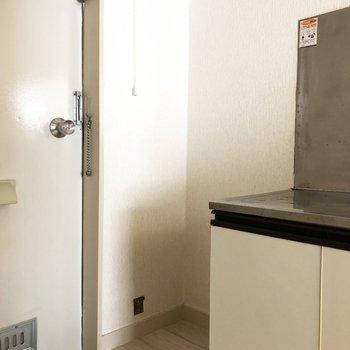 シューズボックスはありませんが収納棚などを設置できるスペースがあります。※写真は2階の同間取り別部屋のものです