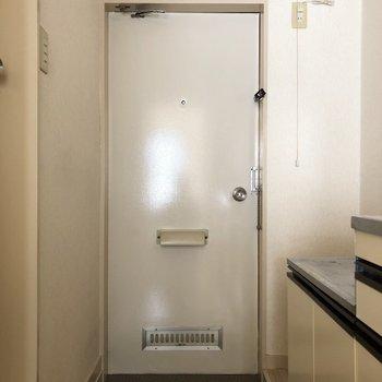 玄関ドアも白い!※写真は2階の同間取り別部屋のものです