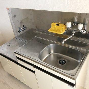 大きめコンロが設置可能なキッチン。作業スペースもありますね。※写真は2階の同間取り別部屋のものです