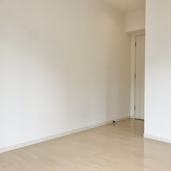 【洋室】ドアは少し奥まったところにあります。