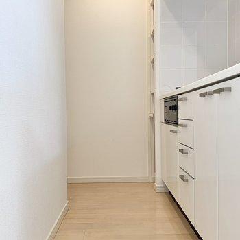 冷蔵庫は奥のスペースに収まります。