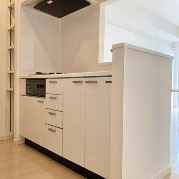 キッチンには可動式の収納も。