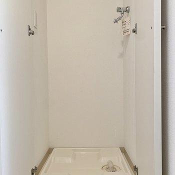 洗濯機置き場は玄関にあります。