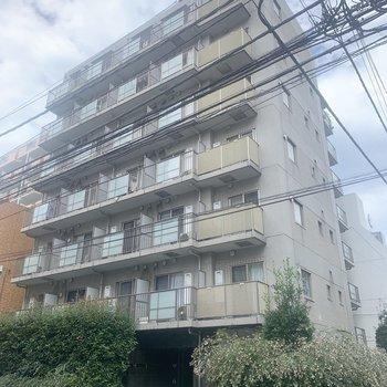 8階建のマンションです。