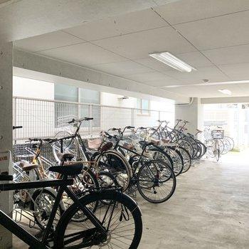 駐輪場は建物内にありました。