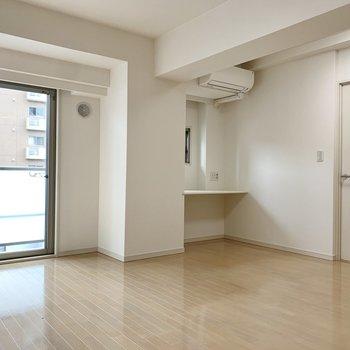 【LDK】フローリングはナチュラルな色合いなので、家具も合わせやすいですね。