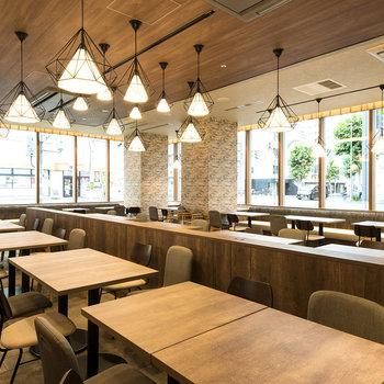 ウッド調の落ち着くレストランが併設しています。