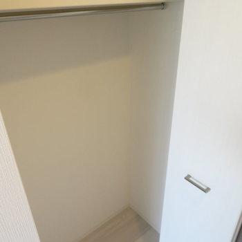 クローゼットは一人用(※写真は9階の反転間取り別部屋のものです)