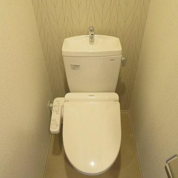 トイレは温水洗浄便座付きです(※写真は9階の反転間取り別部屋のものです)