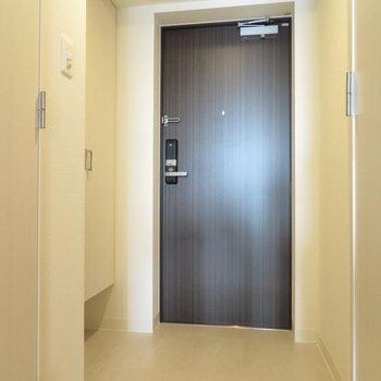 一人にしては広めの玄関※写真は同間取り別部屋のものです