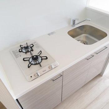 キッチンは白が基調となっています※写真は同間取り別部屋のものです