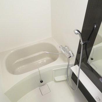 シャワーヘッドが大きいです※写真は同間取り別部屋のものです