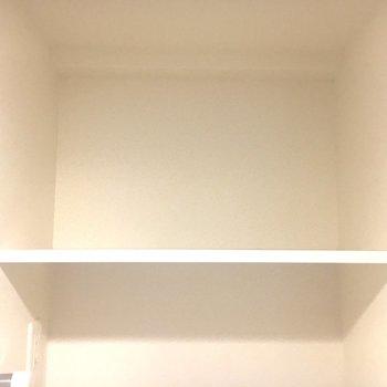 上に収納できる棚があります。