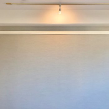 グレーのクロスの壁側には、長押とライティングレール。モビールなどを吊り下げるのもおすすめ。