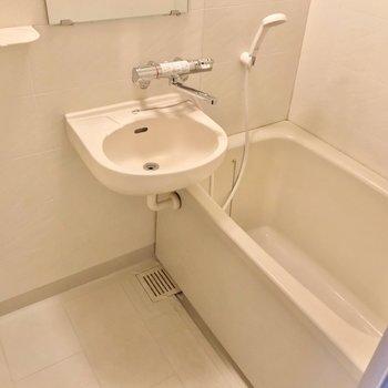 お風呂は2点ユニットだけど、サーモ水栓で温度調節簡単。朝の洗顔のときにも便利ですね!