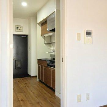 キッチンも木目のシートが貼られています。