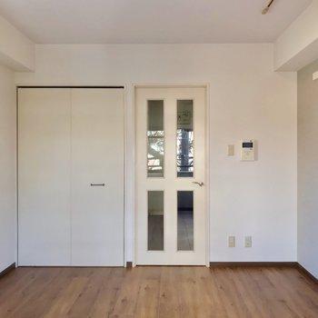 建具は白で、床の色との相性もいいんです。