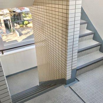 階段は外に面しています。この階段をのぼって3階まで。