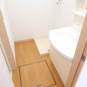 脱衣所はゆったりとした広さ。奥に洗濯機置き場。