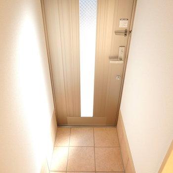 玄関はコンパクトですがとても綺麗なタイル張り。