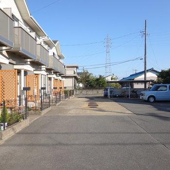 駐車場はとても広く車が停めやすそう。駐輪場も併設されています。