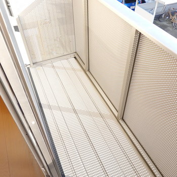 窓と竿受けの距離が近いので室内から洗濯物の出し入れができるのが魅力的!