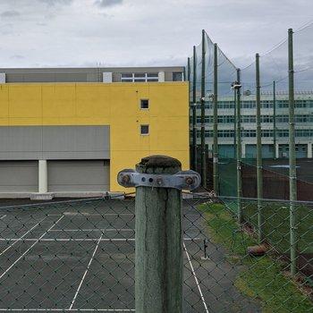 窓の外側は学校があります。学校がある時間は少し音が聞こえるかもしれません。
