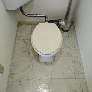スペース広めのトイレ。周りに予備のトイレットペーパーや掃除道具を並べられます。