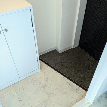白と黒のコントラストがイイ玄関スペース。
