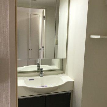 洗面台は鏡が大きいんです。