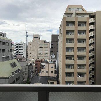 バルコニーからは隣のマンションやビルが見えます。