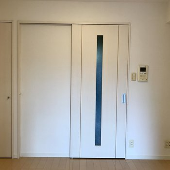 玄関側にダイニングにも収納があります。