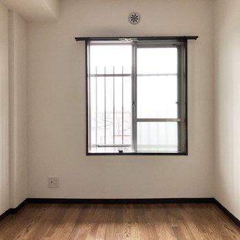 【洋室5.7帖】玄関側、こちらも程よく明るいです。