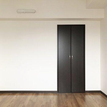 【洋室5.7帖】ベッドやラックなども置けるスペースです。