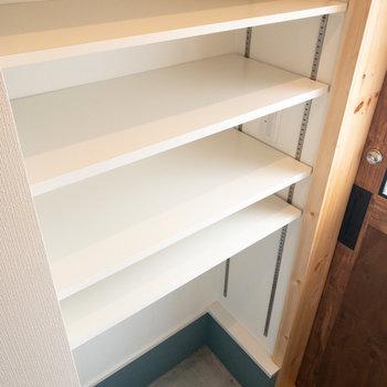 靴箱の棚の高さは自分で調節できますよ!