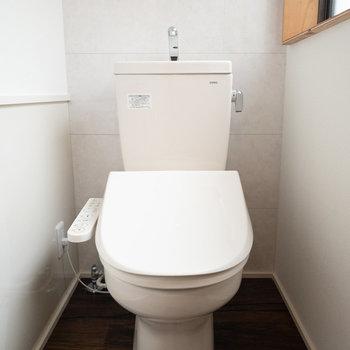トイレには小窓があるので、換気も簡単にできますね!