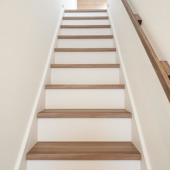 この階段を上ってお部屋に行きます!