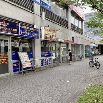 建物を出ると目の前には飲食店やコンビニなどが立ち並びます。
