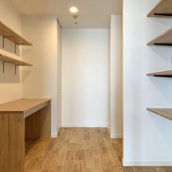 【洋室5帖】書斎や食材のストックスペースとしてお使いいただけます。