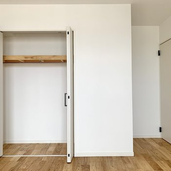 【洋室8帖】高さのあるクローゼットは丈の長い洋服が掛けられますね。