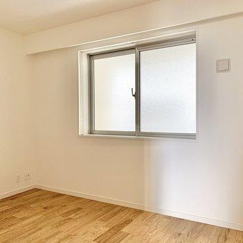 【洋室6帖】ベッドはシングルサイズならデスクやラックが配置できそう。